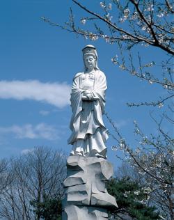 男山・やすらぎの像
