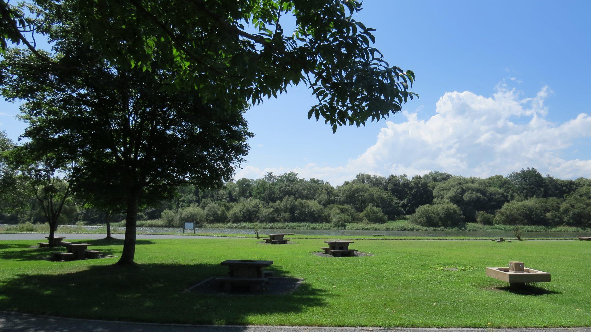 和賀川沿いのデイキャンプ場。テニスコートや野球場の近くなので、アウトドアスポーツの拠点にも! ...