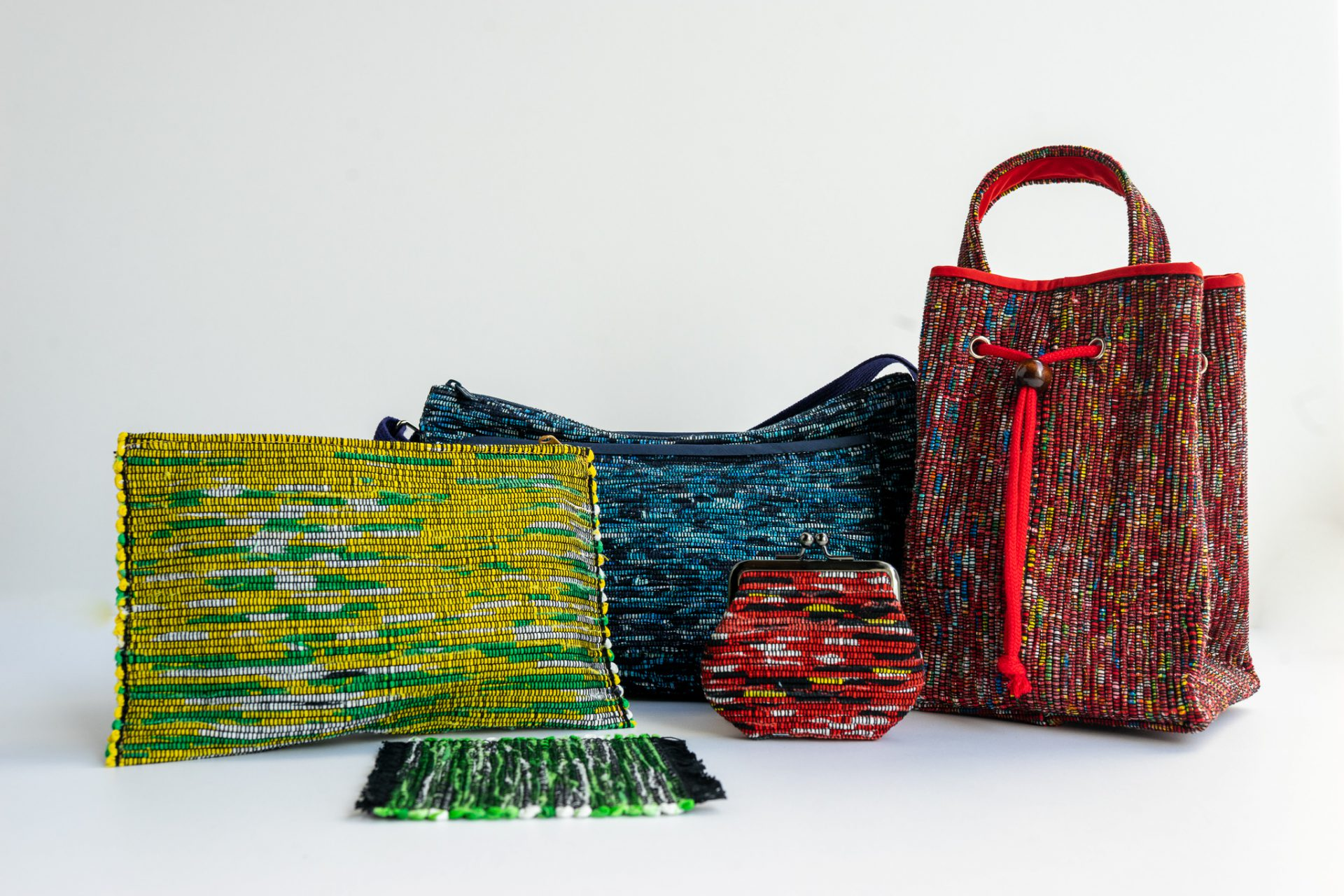 古くから伝わる職人技。世界に一つだけの日用品 裂いた布を、一つ一つ編んで作られる南部裂き織。様々な種類の布を裂き、織り込んでいるので、1つとして同じものはありません。昔ながらの製法を守り抜き、小銭入れやコースター、筆箱、バッグ等、様々な日用品を作成しています。 北上市のお土産ショップの他、ふるさと納税でも人気の商品です。 ...