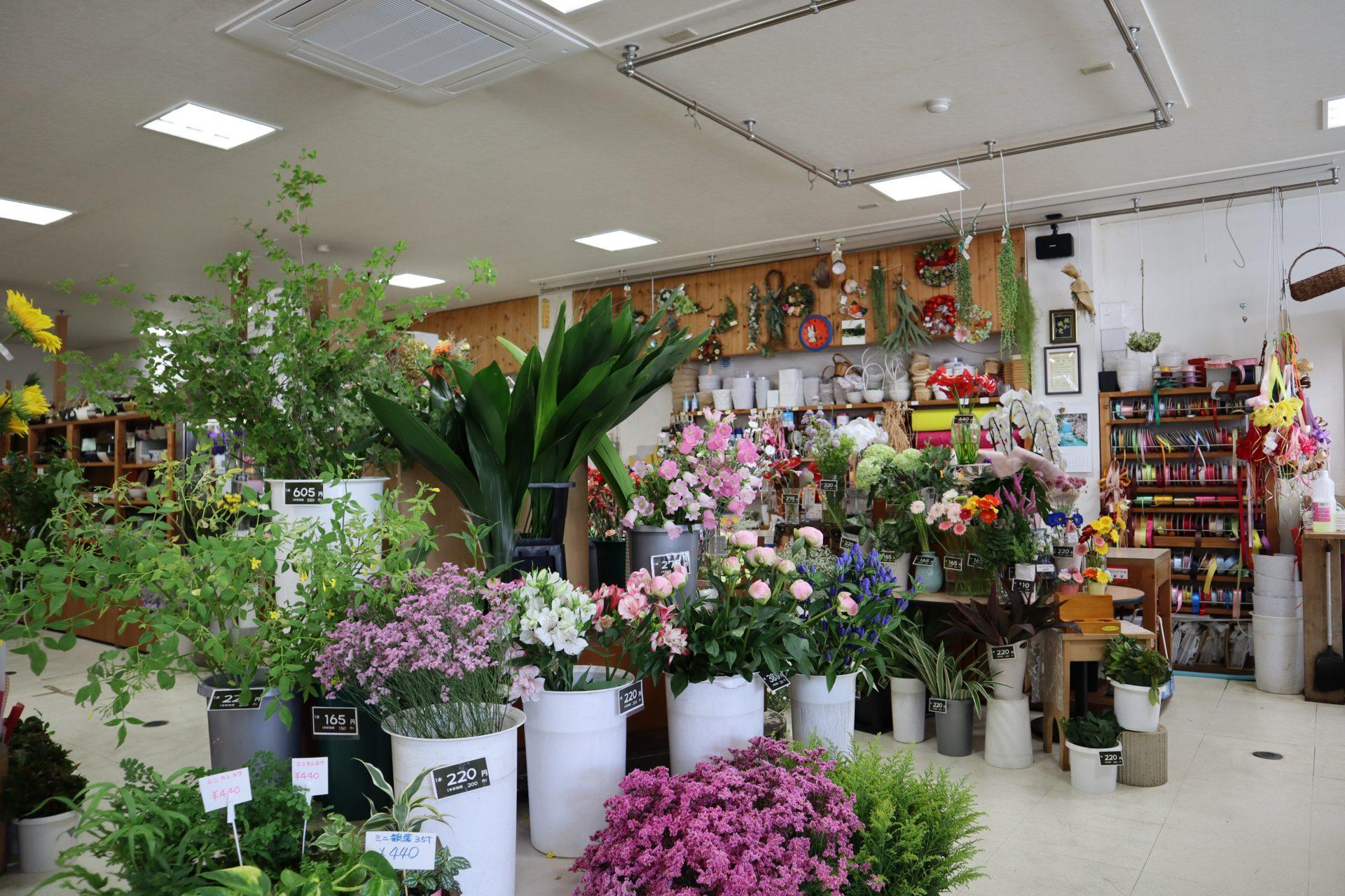 花や花瓶を始め、各種雑貨を数多く品揃え!明治初期から建つ土蔵も魅力。 広い店内に、色鮮やかな花々や、可愛らしい雑貨が所狭しと並ぶギフトショップ。 明治初期に建てられたという土蔵に、併設する形でお店が建ち、蔵もお店の一角としてそのまま使用しています。明るい店内とは一転、昔懐かしい、情緒あふれる温かみのある雰囲気に。南部鉄器や秀衡塗り等、日本の伝統工芸品が数多く並...