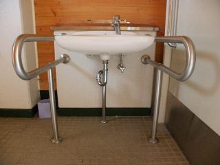 和賀川グリーンパーク テニスコート敷地内障がい者用トイレ 障がい者対応手洗い場