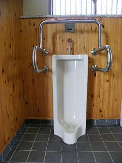 岩手県立農業ふれあい公園内せせらぎ広場内トイレ 男性用手すり対トイレ