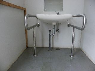 和賀川ふれあい広場 サイクリングロード脇トイレ 障がい者対応手洗い場